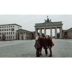 friends brandenburgertor berlin photo